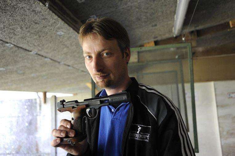 De voorzitter van de schietclub in Nantes toont de 22 long rifle, het type wapen waarmee de vijfvoudige moord werd gepleegd. Beeld AFP
