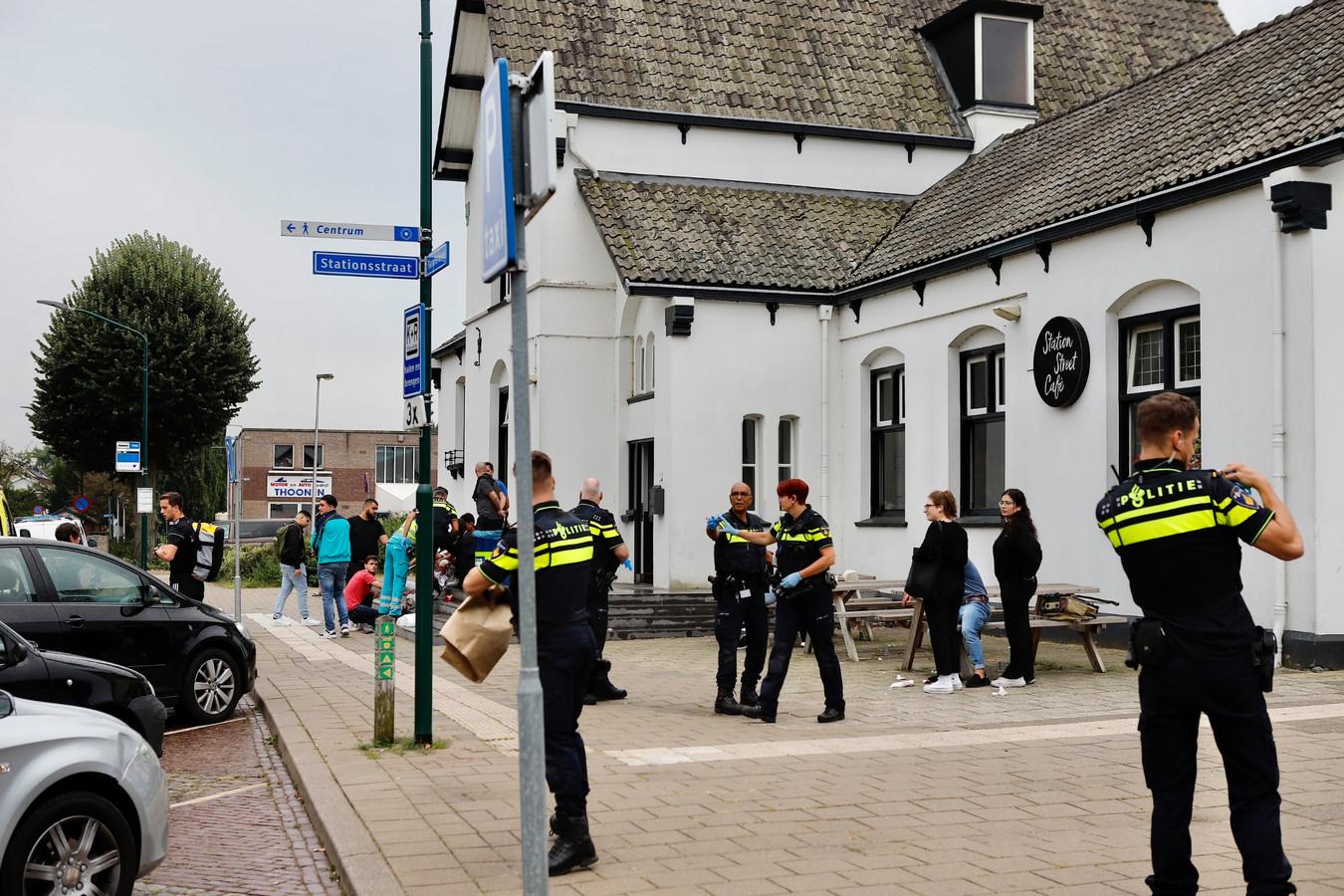 Bij een steekpartij op het station in Cuijk is een jongen zwaargewond geraakt.