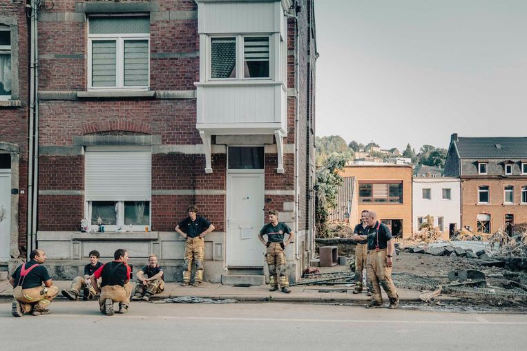 Een ploeg brandweermannen uit Zwevezele blaast even uit. 'We halen hele keukens, zelfs huizen leeg.'     Beeld Stefaan Temmerman