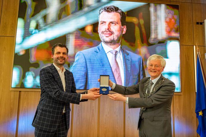 Berend de Vries ontvangt de Zilveren Erepenning van burgemeester Theo Weterings.