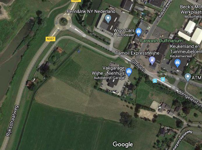 Bij garage Nienhuis aan De Omloop in Wijhe ligt gog twee hectare landbouwgrond waar de gemeente Olst-Wijhe potentie voor bedrijven zag, maar dat plan wordt nu geschrapt.