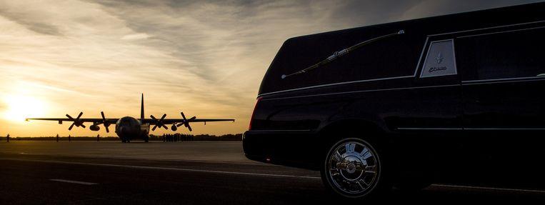 Een Hercules met vijf kisten van slachtoffers van de vliegramp met toestel MH17, eerder dit jaar op vliegbasis Eindhoven. Beeld anp