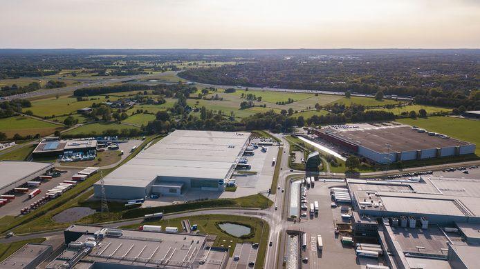 Overzicht van de Ecofactorij, met op de achtergrond het groene gebied dat de gemeente nu wil ontwikkelen, tot aan het 'klaverblad' dat de snelwegen A1 en A50 verbindt.