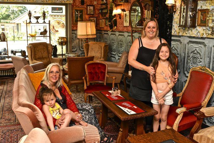 Linda De Klerck en Jessie Laleman, hier op de foto met Jessie's dochtertjes, zijn de drijvende krachten achter Yesterday's World Café.