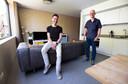 Het appartement van bewoner Rob van Bijnen (links). Rechts architect Ramin Visch.