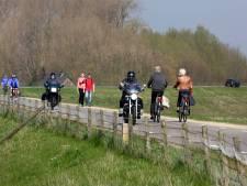 Dijkbewoner Wil strijdt tegen asociale motorrijders: 'Zijn er bij die plat op buik de bocht door gaan'