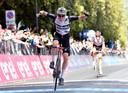Mauro Schmid wint de sprint.
