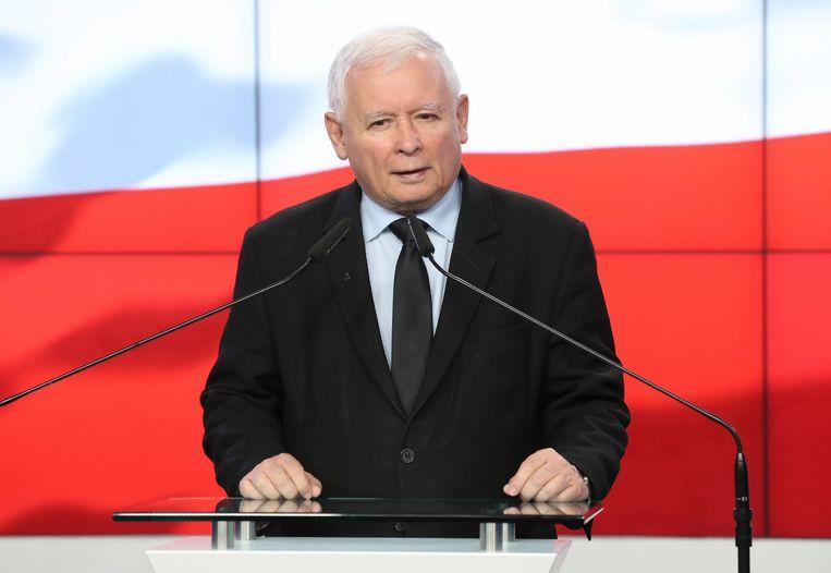 De Poolse politicus Jaroslaw Kaczynski op een persconferentie in Warschau. Beeld AP