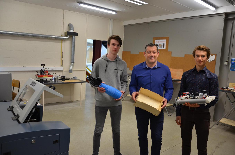 Matthias Van Eeckhout, Filip Molders en Wout Van Hecke met enkele creaties gemaakt in het FabLab van het VTI.