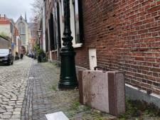 Dit betekenen de stenen koffers op vijf plekken in Leiden
