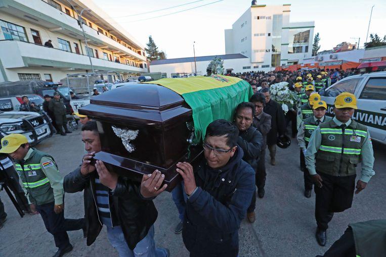 De begrafenis van een politieman die deze week tijdens een overval op het politiebureau door de menigte werd aangevallen in El Alto, Bolivia