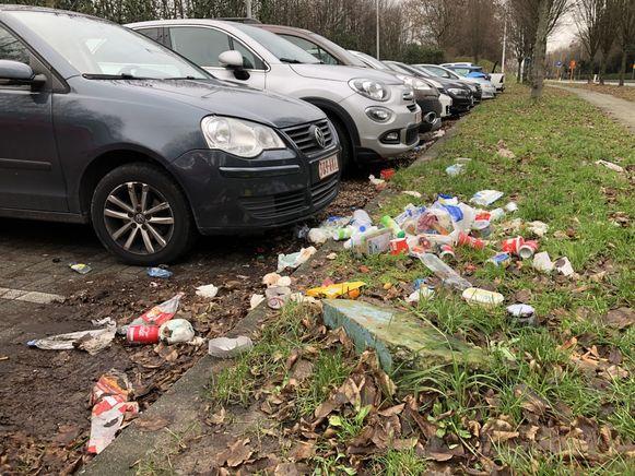 Ook vandaag ligt de carpoolparking langs de Antwerpselaan in Strombeek-Bever bezaaid met zwerfvuil.