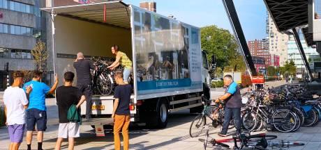 Nog een 300 verweesde  fietsen opgehaald bij station Tilburg: 'Het was zwaar, zeker met deze temperaturen'