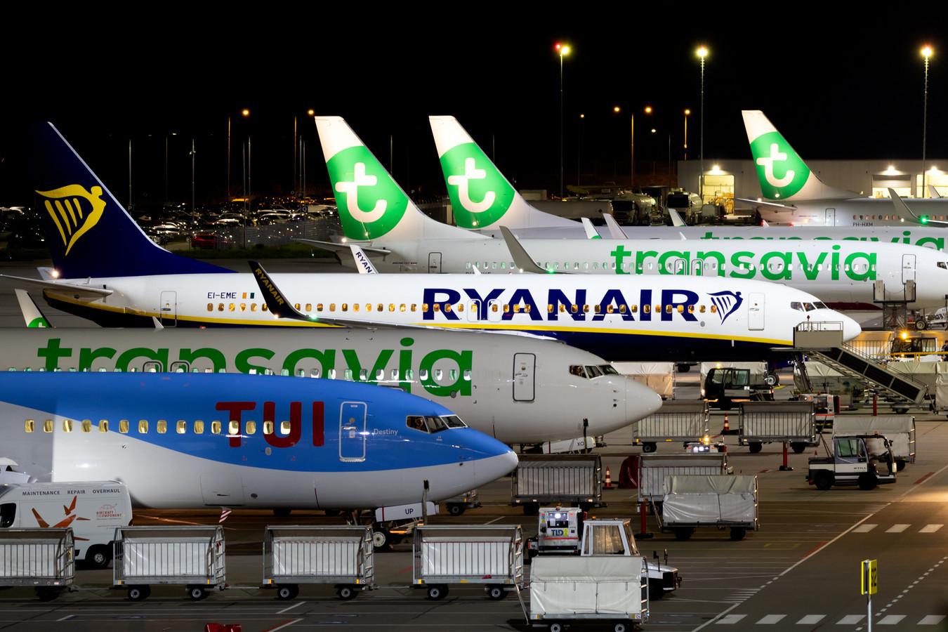 Vliegtuigen van Tui, Transavia en Ryanair op Eindhoven Airport.