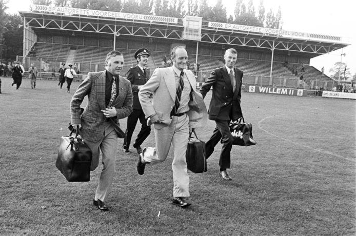 Scheidsrechter Henk Pijper (midden) moet op de vlucht voor NAC-supporters na het afkeuren van een late goal in de wedstrijd tegen Ajax op 16 september 1973.