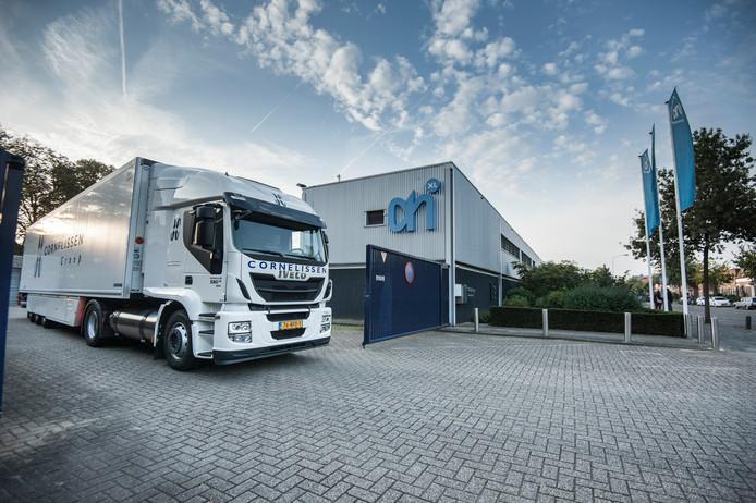 Een vrachtwagen die rijdt op LNG bij de Alberth Heijn aan de St. Jacobslaan in Nijmegen.