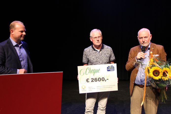 VOC-voorzitter Erik Gilden overhandigt de cheque aan Joop Sloot en Ton van Overbeek van Zonnebloem Veldhoven.