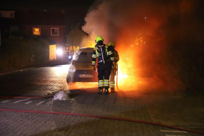 De uitgebrande auto in Tiel.