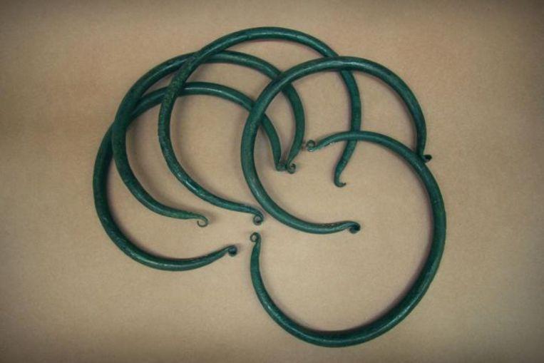 Gelijkenissen in vorm en gewicht maakten deze bronzen ringen tot betrouwbaar betaalmiddel. Beeld M.H.G. Kuijpers
