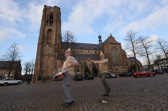Het duo Tee & Jo op de Markt in Oirschot. Links Theo van Genechten, rechts zijn broer Johan.