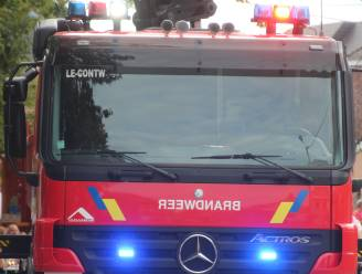 Motorrijder valt door modder in de Mosselstraat, brandweer kuist baan op