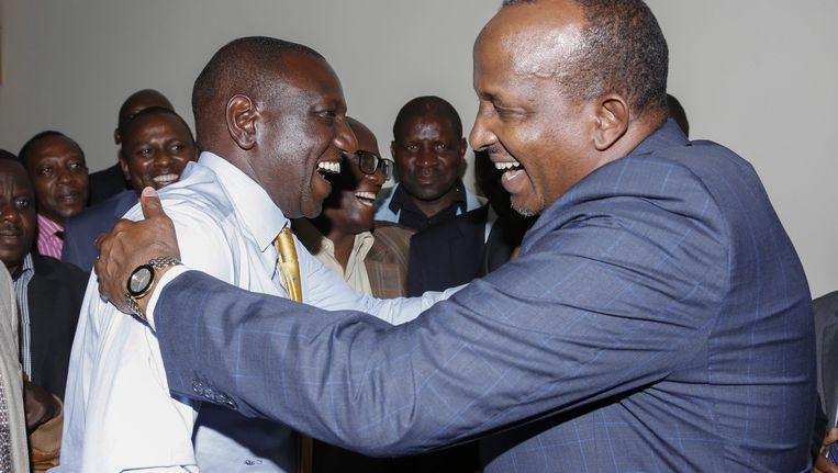 William Ruto (L) wordt gefeliciteerd door Aden Duale (R), de leider van de National Assembly, kort nadat het Internationaal Strafhof (ICC) zijn geval nietig heeft verklaard. Beeld epa