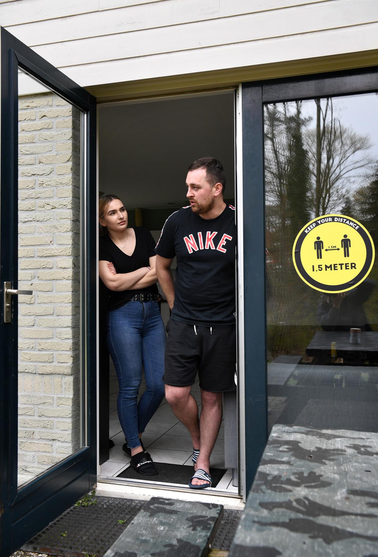 Marcelina Farber en Krzysiek Kubas, Poolse orderpickers in Ommen. Beeld Marcel van den Bergh / de Volkskrant