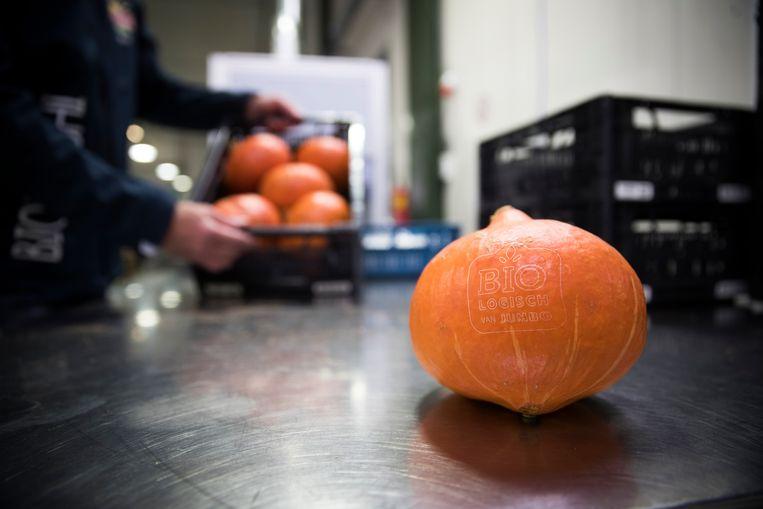 Bij supermarktketen Jumbo liggen biologische groenten en fruit plasticvrij in de winkel. Beeld Hollandse Hoogte /  ANP