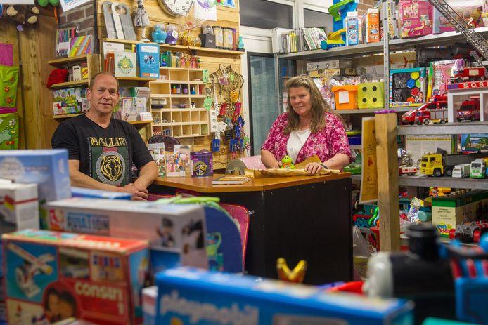 Ans en Charles uit Deurne hebben een speelgoedwinkel geopend waarin je niks kan kopen, alleen maar krijgen.