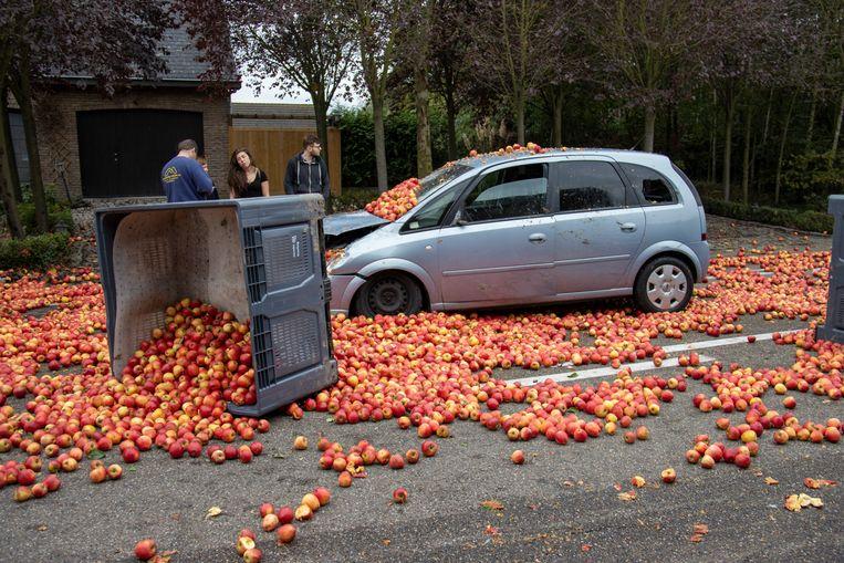 Een tractor met aanhangwagen verloor tien kisten met appels verloren op de Expressweg in  Zepperen.