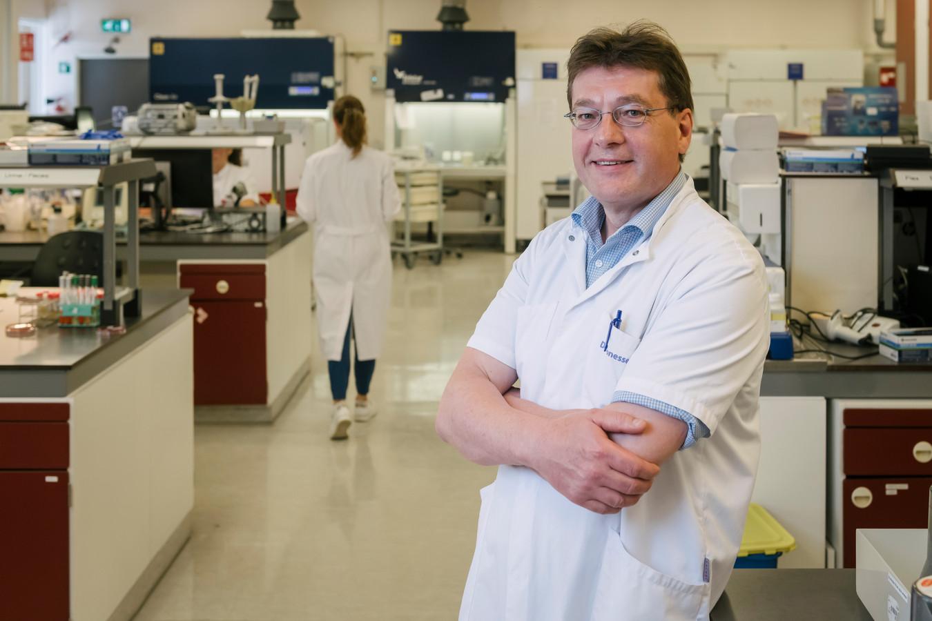 Arts-microbioloog Steven Thijsen is lid van het Landelijk Coördinatieteam Diagnostische Keten (LCDK) en werkt aan het in orde maken van de mogelijkheid om vanaf 1 juni veel meer te kunnen testen.