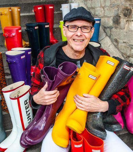 Gouwenaar John (56) heeft 150 paar gekleurde laarzen, die hij óók draagt als de zon schijnt: 'Kleur aan leven geven'