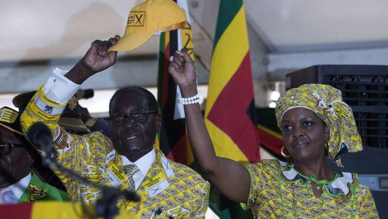 De Zimbabwaanse president Robert Mugabe en zijn vrouw Grace Mugabe, de moeder van Russell Goreraza. Beeld afp