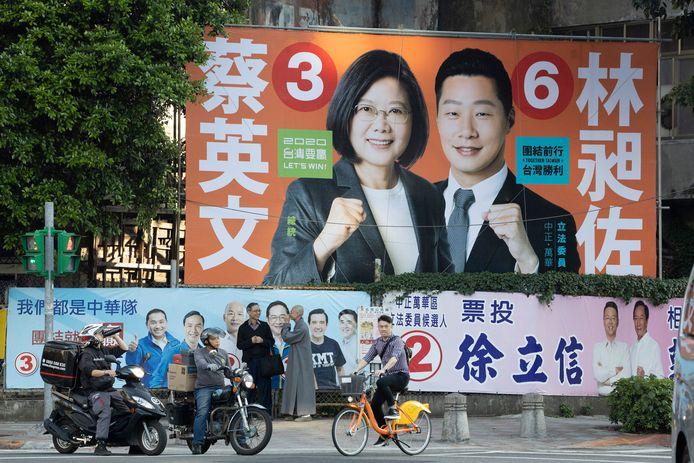 Verkiezingsposter van president Tsai Ing-wen (links) in Taipei.