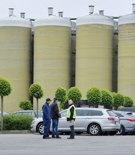 Inval bij veevoederbedrijf in Baarle-Nassau, twee dure voertuigen en tienduizenden euro's aan cash gevonden