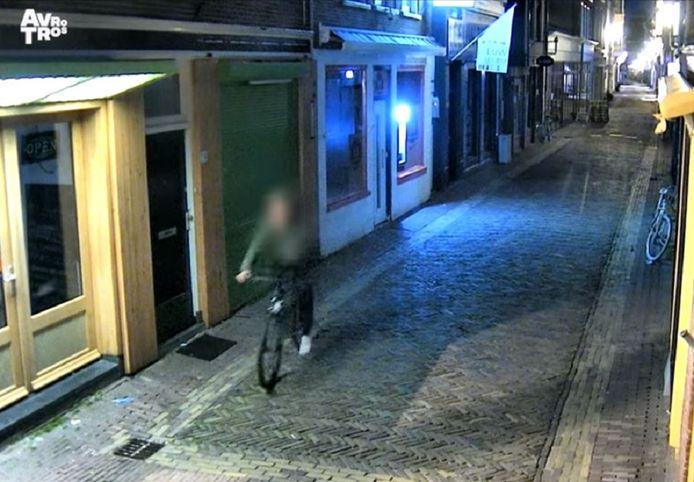 Bewakingsbeelden van de 'fietserik' zoals de aanrander in Alkmaar en omgeving wordt genoemd.