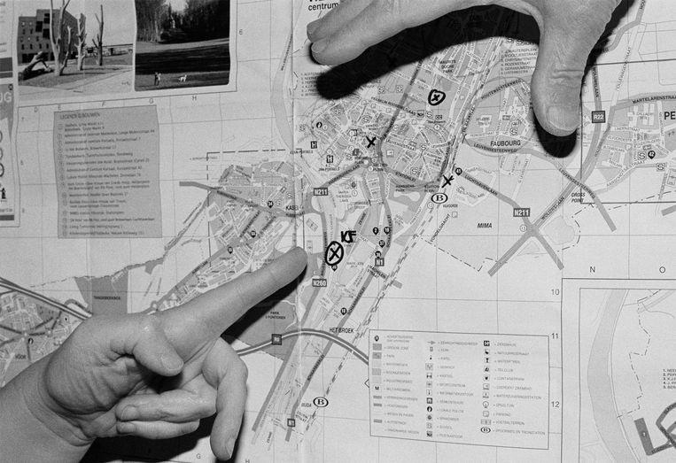Op een zwart-witte plattegrond van de straten van Vilvoorde wijst een vinger naar cirkeltje met daarin een kruis. Ernaast in zwarte stift: 'KF'. De Kruitfabriek. Een veelzeggende foto uit de fotoreeks 'Leave, Remain' die Flora, zus van Frederik Vanclooster, maakte voor haar studie. Beeld RV