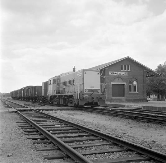 Goederentrein bij het station van Waalwijk. Het was een station aan de voormalige langstraatspoorlijn. Gebouwd in 1885 en gesloopt in 1964.