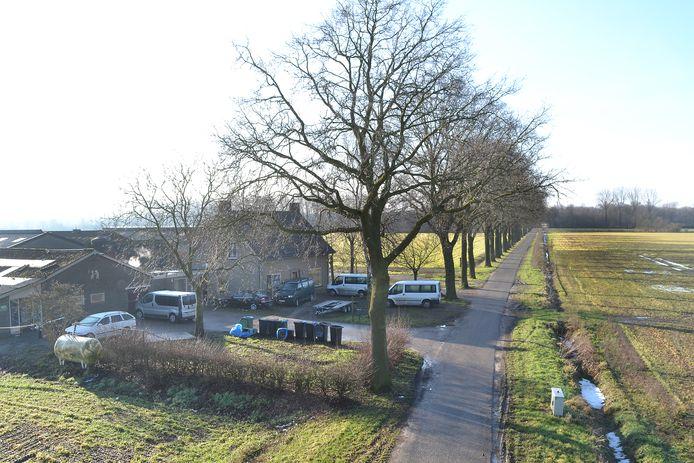 Bij de voormalige boerderij aan de Meisevoort was te zien dat er wel erg veel busjes stonden.