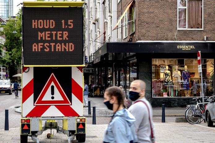 Een bord met informatie over mondkapjesplicht in het centrum van Rotterdam.