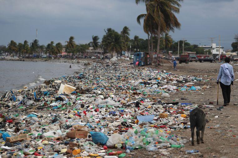 Plastic en ander afval aan de kust in Haïti. Beeld REUTERS
