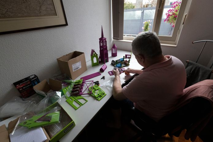 Een van de vrijwilligers, Thomas van Hoek (68), is druk bezig met het Diorama van Zesgehuchten ter gelegenheid van het 100 jaar samengaan van de voormalige gemeente met Geldrop.