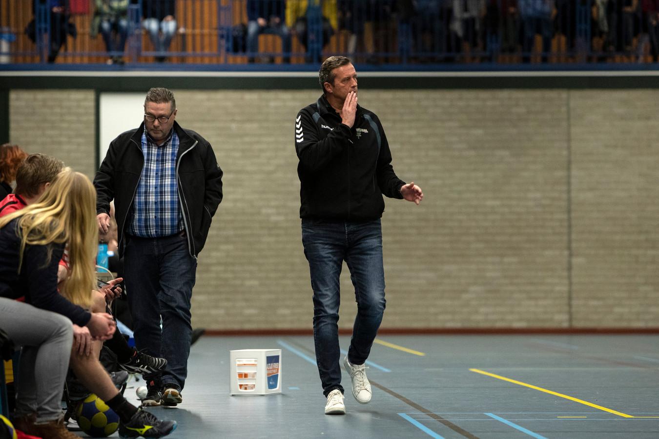 Erik Wolsink (rechts) blijft trainer van de korfballers van KVZ.