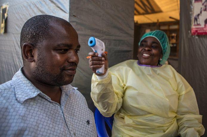 Een man wordt gescreend op symptomen van Ebola in Goma.