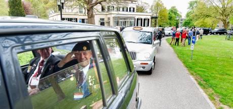 Koningin Elizabeth onderscheidt Londense 'taxidienst' voor veteranen Slag om Arnhem