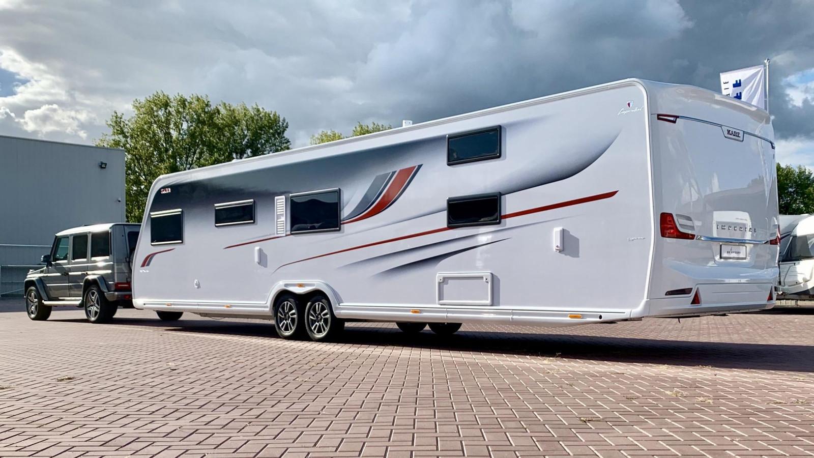 Caravans met een lengte van meer dan 6,50 meter, zoals dit 11,50 meter lange exemplaar, mogen helemaal niet voor de deur worden geparkeerd.