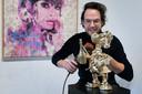 Kunstenaar Jorn van Doorn werkt aan zijn Mr. Money Popper, Dagobert Duck die rijkelijk champagne laat vloeien.