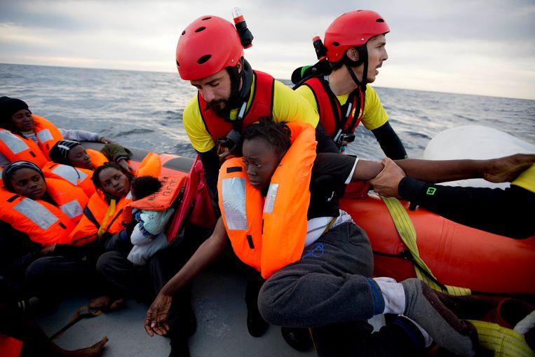 Een redding op de Middellandse Zee, mensensmokkelaars zouden de organisties inseinen, volgens justitie. Beeld AP