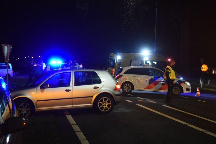 Een automobilist is vanavond doorgereden nadat hij in de buurt van Almelo een fietser aanreed.