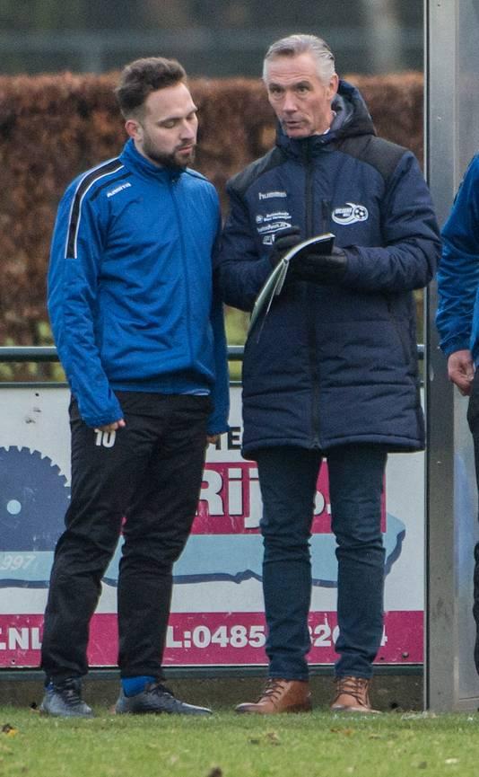 Johan van Osch geeft uitleg als trainer van Juliana.